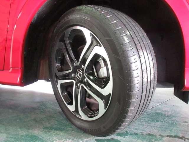 足元を精悍に引き締める17インチ純正アルミホイール、おしゃれは足元から、カッコイイですね♪ タイヤは、ダンロップ SPスポーツMAXX050  5分山程度 2016年製が付いています。