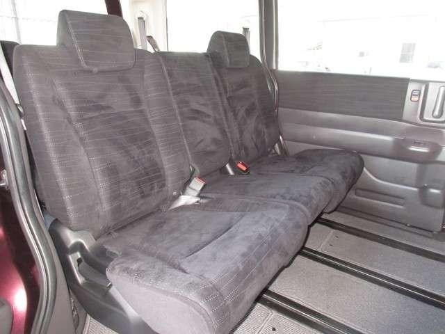 セカンドシートはチップアンドスライドシートです。中央をたたんで通路にすることができます。