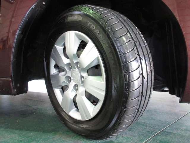 タイヤはトーヨーのトランパスを装着しております。15インチ純正ホイールカバーでとてもスタイリッシュです。その他にご不明な点がございましたらお気軽にお問い合わせください。