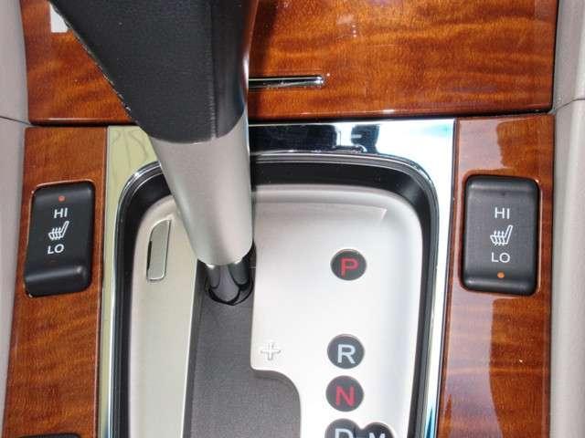 フロントシートの座面に2段階調節のシートヒーターを内蔵。身体を直接温めることができます。ヒーターよりも早く暖まりますよ。冬場には、大変良い装備ですね!