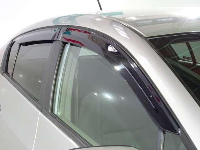 実用的で人気のオプションドアバイザーが付いています。 雨の日でも窓を開けて換気ができる便利な装備!付いてて良かったと思える用品です♪