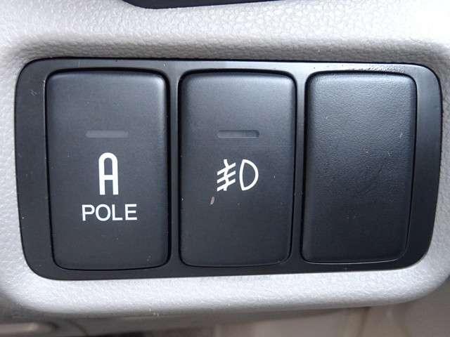 リモコンコーナーポールを装備。運転席まわりのスイッチで伸縮します。車庫入れや狭い路地での走行時に車幅の目安となりとても便利です。