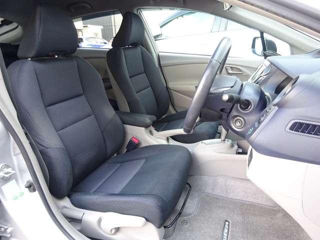 フロントシートは、腰が自然に奥に引き込まれる形状や各部の硬さなどを分析し、やわらかく、かつしっかりしたホールド感のあるロングドライブにも疲れないシートを追求しました。