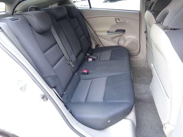 リアシートは、シートの座面を考慮し、適度なホールド感をもたせ、ゆとりある着座姿勢を保てるようにシートバックの角度を適度に設定したシートにしています。長距離にも十分適しています。