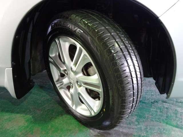 タイヤはダンロップのエナセーブ175/65R15を装着しております。溝の残りは8分山になります。15インチ純正アルミホイールでとてもスタイリッシュです。