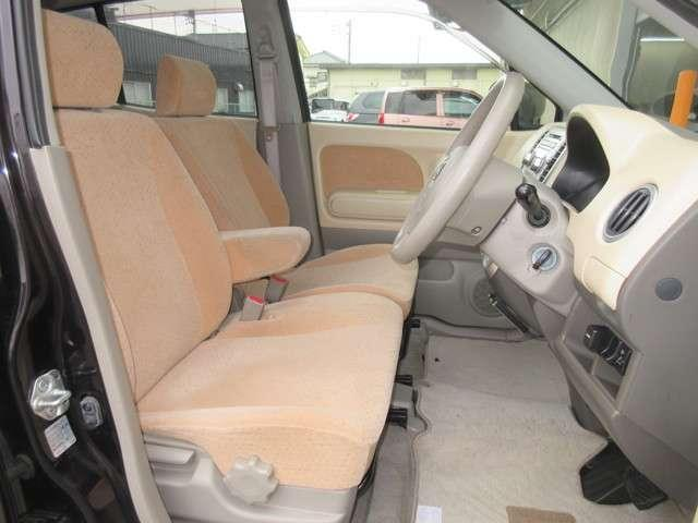 フロントシートの空間は開放感を、リアシートの空間は安心感と荷室の使いやすさを追求したインテリアデザインです。フロントシートはベンチシートになっており広い面積にゆったり座れて快適ですよ!
