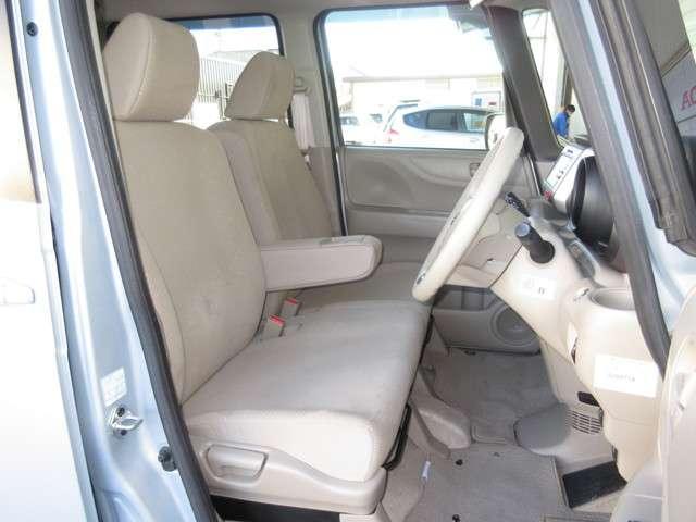 大柄な人でも不満の無いようの設計したフロントベンチシート。運転席はアイポイントを高くし視界良好です。インパネシフトで左右の移動が楽々。停車時に危険な道路側に降りずに済むので安心ですね。