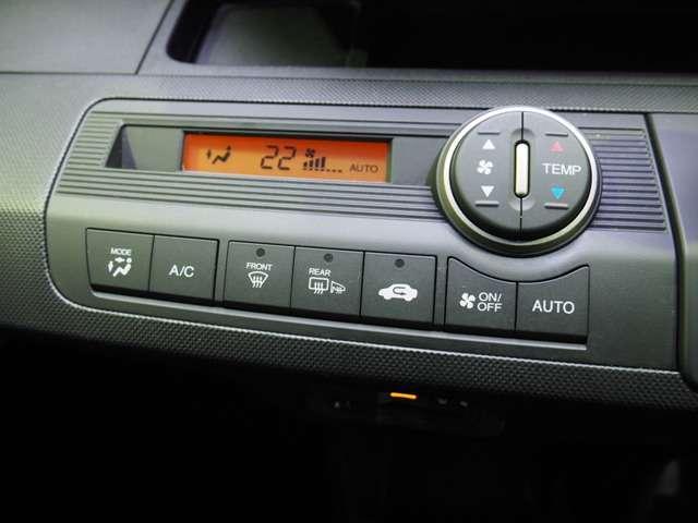 オートエアコン標準装備です 1年中快適な室内空間を提供!車内温度を設定すると風向き、風量を自動で調節してくれます