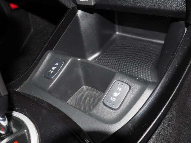 フロント左右シートは2段階切り替え式のヒーター付きです スイッチオンで座面がエンジンより早く温まります