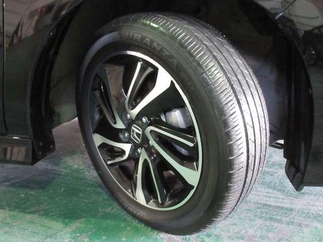 足元を精悍に引き締める17インチ純正アルミホイール、おしゃれは足元から、カッコイイですね! タイヤは、ブリヂストン TURANZA 6分山程度 2016年製が付いています。