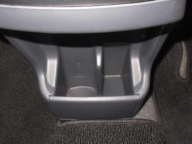運転席と助手席の間にはドリンクホルダーがあります。取りやすい位置にありますからドライブも楽しくなりますね!