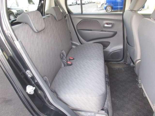 リアシートは、シートの座面を考慮し、ゆとりある着座姿勢を保てるようにシートバックの角度や前後スライドを適度に調整できるリクライニング・スライドシートにしています。長距離にも十分適してます。