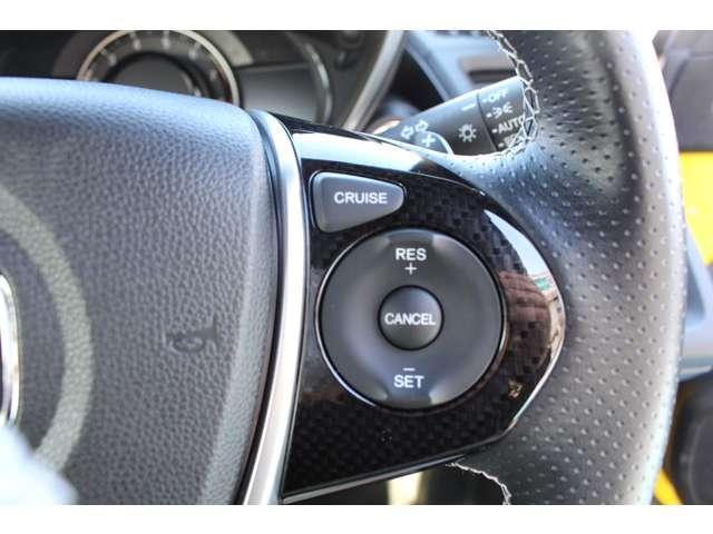 クルーズコントロールが装備されており、速度設定をするだけで一定の速度で自動走行が可能!!一定速度の走行なので燃費の向上やアクセルペダルを踏む必要が無いので長距離ドライブが快適になります!!