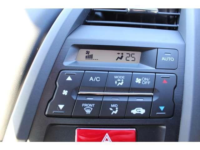 フルオートエアコンが装備されています!お好みの温度設定をするだけでエアコンの風量やモードの切り替えを自動でコントロールしてくれます!ユーザーの操作が少なく燃費走行にもつながります!