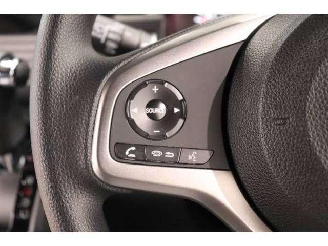 簡単なオーディオ操作ならハンドルについてるスイッチで操作できます