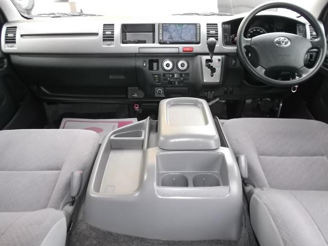 クリーニング済みの綺麗な運転席!内装も綺麗で気持ち良くお乗り頂けます!Wエアバッグ・ABS・キーレス・イモビライザー・Wエアコンと快適装備!4WDですのお仕事だけではなくレジャーにも最適!