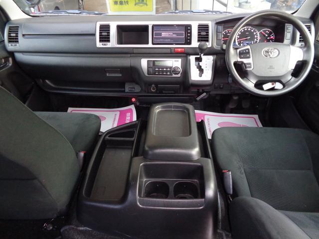 クリーニング済みの綺麗な運転席!ワイドボディーならではのゆったり空間!内装も綺麗で気持ち良くお乗り頂けます!Wエアバッグ・ABS・キーレス・イモビライザー・オートエアコンと快適装備!