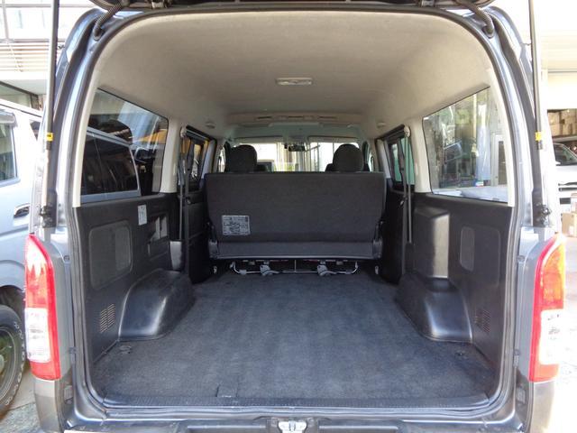 荷室も気になるダメージは無く綺麗!プライバシーガラスで車載品ので盗難の心配も軽減!ワイドならではの広い荷室でバイクのトランポとしても大活躍!ベットキットを付けて車内泊にもおススメ!