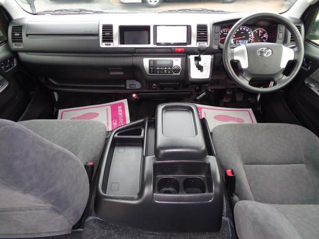 クリーニング済みの綺麗な運転席!ワイドボディー&ハイルーフならではの広大な空間!内装も綺麗で気持ち良くお乗り頂けます!Wエアバッグ・ABS・キーレス・イモビライザー・オートエアコンと快適装備!