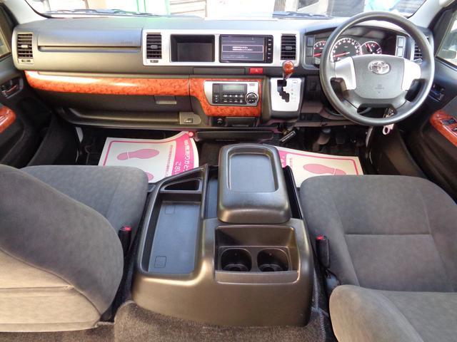 SDナビ・フルセグTV・バックカメラ・ビルトインETC・AC100V!茶木目インテリア・全席シートベルト!ワイドボディーならではのゆったり空間!クリーニング済みの綺麗な運転席!