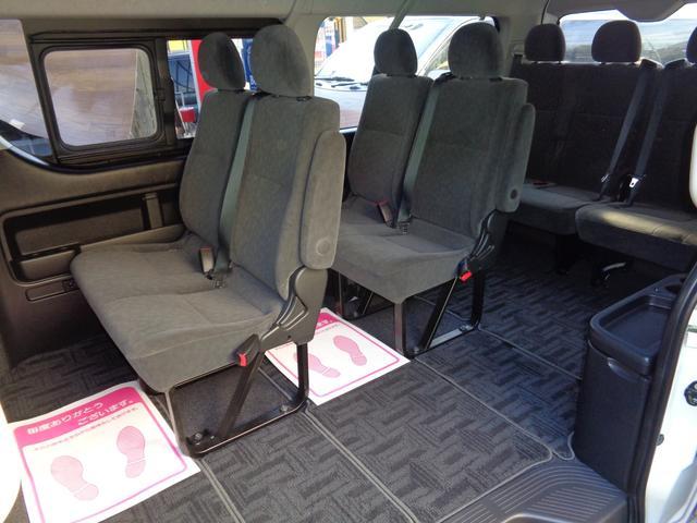 4列シート10人乗りの広い車内!パワースライドドア装備!大勢でのお出かけや乗り合いでのお仕事に大活躍!室内大きなダメージは感じられずに非常に良好!後席モニター取り付けも承ります!