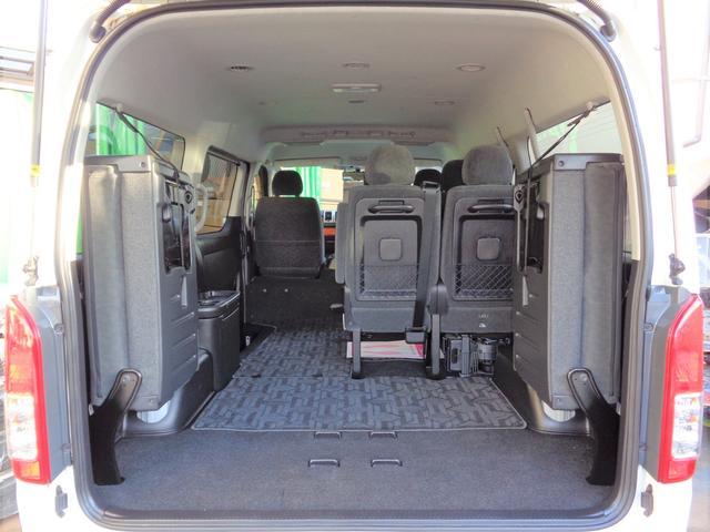 最後尾の座席は左右跳ね上げ格納式!格納するとかなりの量の荷物が積み込めます!プライバシーガラスで盗難の心配も軽減!お仕事でもプライベートでも大活躍ですね!内装・外装共に程度良好な車両です!