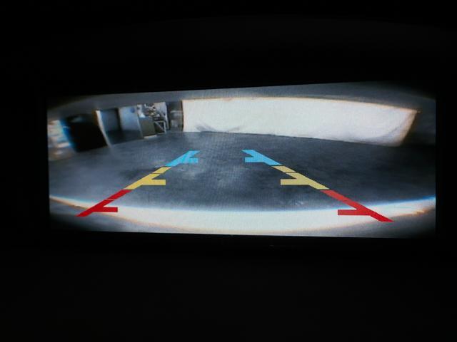 車庫入れの際に大変便利なバックカメラを装備。ナビモニターと連動しており、シフトをリアに入れると自動的にバックカメラからの映像に切り替わります。