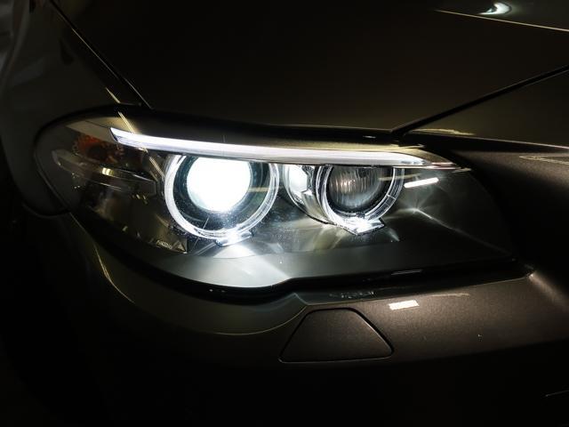 LEDイカリング付バイキセノンヘッドライトを装備。夜間でも安心の明るさです。便利なヘッドライトウォッシャーも装備しております。
