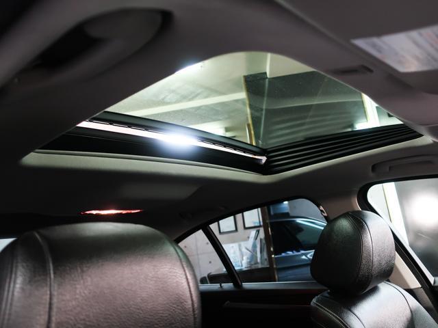電動ガラスサンルーフを装備。採光性や空気循環に優れ開放感のある人気装備です。