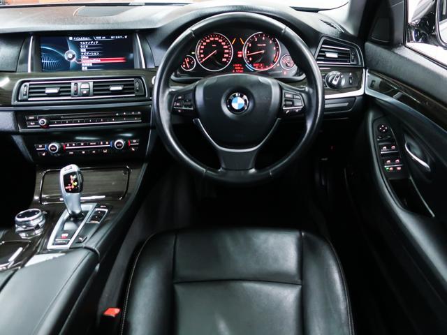 内装は黒本革シートにウッドパネルの高級感溢れる装備です。便利なステアリングスイッチやクルーズコントロールなども装備しております。