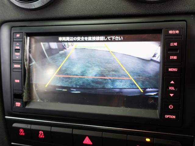 車庫入れの際に大変便利なバックカメラを装備。また、障害物に近づくとお知らせする便利なコーナーセンサーを備えております。
