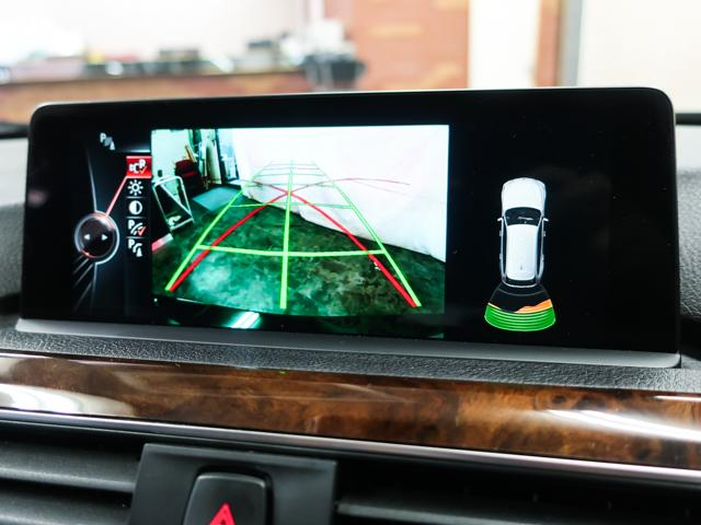 バックカメラを装備。また、狭いスペースでの駐車をサポートするパークディスタンスコントロールを備えております。