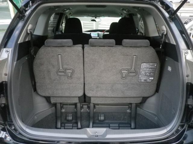 サードシートは収納式。