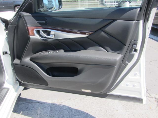 運転席:パーソナルドライビングポジションメモリーシステム