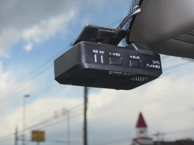 ドライブレコーダー:運転状況を映像と音で記録します。場所を取らないオールインワンタイプ