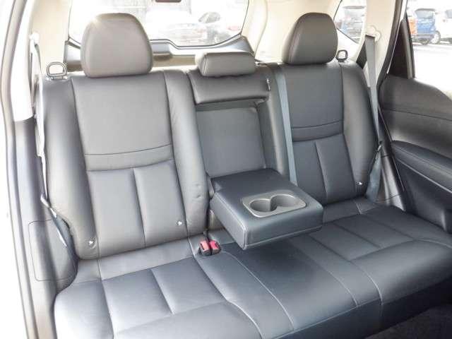 ロングホイールベースにより室内空間を拡大。セカンドシートの膝回り空間はクラストップ(660mm)のゆとりの広さです。