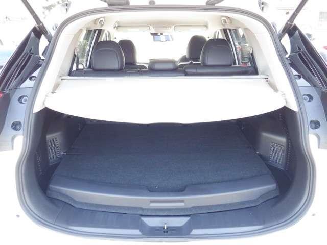 6:4分割の後席シートを倒せば更に大きなラゲージスペースとしてご利用いただけます。使い勝手も良く便利です