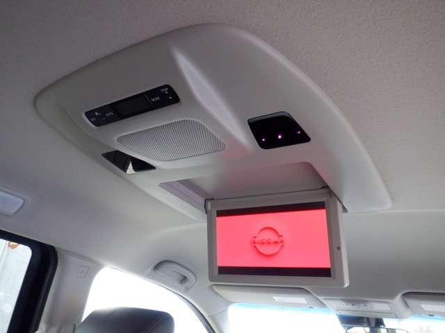 くつろぎの空間で映像を楽しむ、ロングドライブもゲストにとっては、良質の安らぎに変わる、後席フリップダウンモニターも装備しています