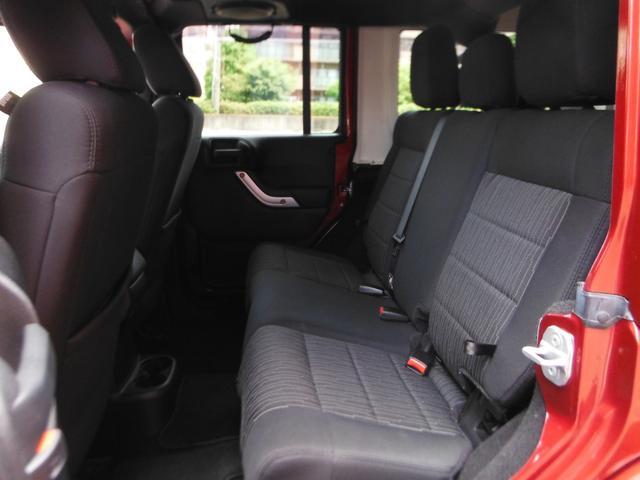 十分な広さを確保したリアシートでロングドライブも快適です!