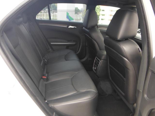 十分な広さを確保したリアシートでロングドライブも快適です!シートヒーターも装備されています!
