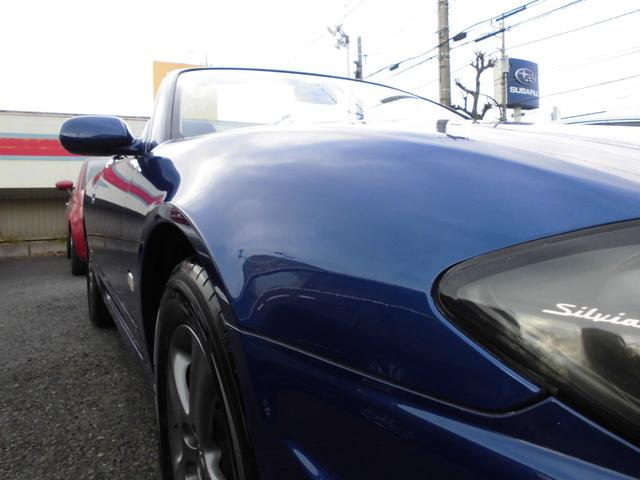 前作S14シリーズではワイドボディが与えられ3ナンバーとなったシルビアだが、このモデルはダウンサイジングを敢行し再び5ナンバーボディとなっている。