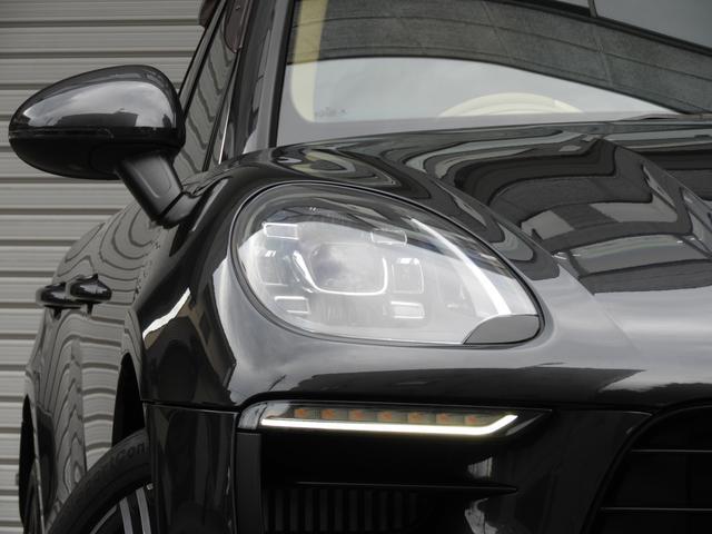 GTS専用エクステリアに21インチ911ターボデザインホイール&レッドペイントブレーキキャリパー、LEDヘッドライト&ティンテッドLEDテールライトが迫力有るエクステリアを演出!!