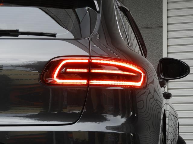 SUV特有の使用感は少なく心地良い禁煙の室内は高級感漂うレザー仕上げダッシュボードトリムに鮮やかなベージュレザー&ガーネットレッドカラーシートベルトや希少なライムドオークステアリングの組み合わせ!!