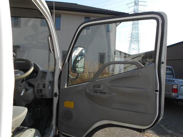 運転席側内張、ドアポケット、灰皿付です。