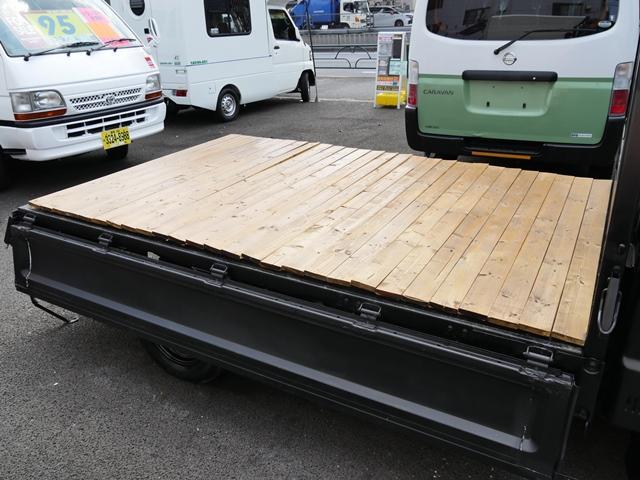 850kg積載ウッドデッキ荷掛けフック付平ボディ5速MT車(2枚目)