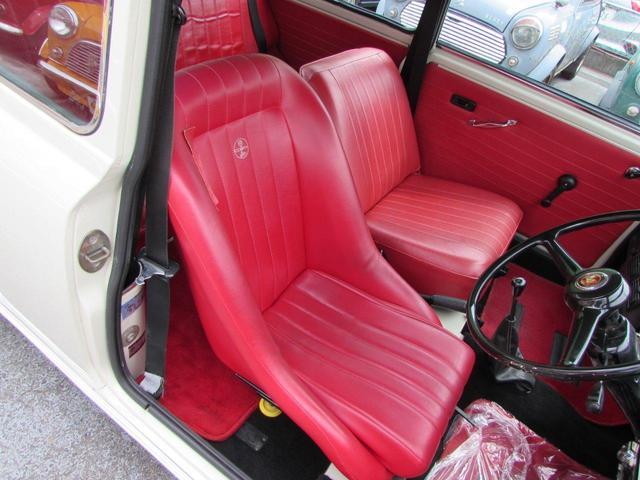 運転席はバケットシートです。