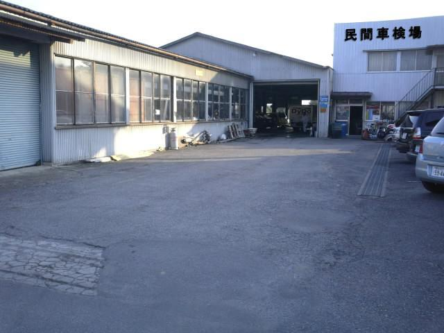 軽専門店の裏には民間車検場の整備工場も完備しております。