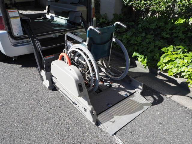 福祉車両 リヤーリフト 車椅子2名他8名 オートステップ付き(3枚目)