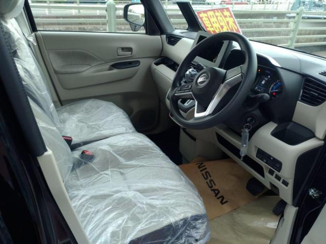ルーフも高く全席余裕のある車内空間です。