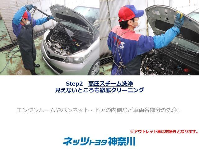 【見えないところも徹底クリーニング】点検の終わった車両は、エンジンルームをはじめ、下回りやタイヤハウス内の汚れを取り除きます。※アウトレット車は対象外です。